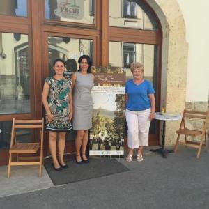 Három Grácia a Tokaji Borbarátnők Mádi Bemutatóterme előtt.